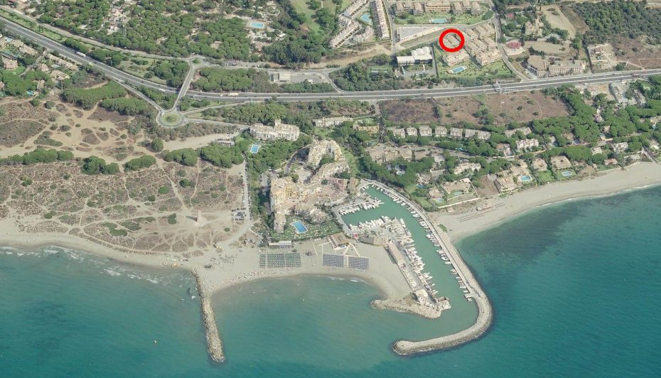 Las Mimosas Golf de Cabopino and the beaches and marina from the air